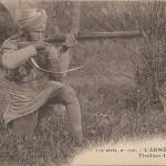 """""""L'armée des Indes. Tirailleur Hindou"""" (Indischer (Scharf-) Schütze). Rückseite Stempelabdruck """"Saint-Cyr, Archéologue, 1853-Lyon-1915"""", in der Militärschule Saint-Cyr wurden zeitweise auch indische Truppen ausgebildet. Carte Postale, ungelaufen. Sammlung Detlev Brum."""