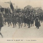 """""""Revue du 14 Juillet 1917 – Troupes Coloniales"""". Französische Ansichtskarte, ungelaufen. Sammlung Detlev Brum. Die Teilnahme der Kolonialtruppen an den Siegesfeiern am 14. Juli 1919 in Paris auf dem Champs-Elysées wird mitunter als eine Kompensierung eines absichtlichen Vergessens gesehen; das ist sicherlich nicht richtig, denn bereits während des Krieges nahmen die kolonialen Truppen an den Aufmärschen zum französischen Nationalfeiertag teil."""