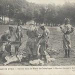 """""""Turcos dans la Forêt de Compiègne"""" (Turcos im Wald von Compiegne). Carte Postale, gelaufen 1915 innerhalb Frankreichs. Sammlung Detlev Brum. In französischen Ansichtskarten wird das Leben der nordafrikanischen Soldaten sowohl im Hinterland als auch in Kampfsituationen gezeigt."""