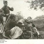 """""""Zoaves avec Mitrailleuse"""" (Zuaven mit Maschinengewehr). Französische Ansichtskarte, dreisprachig in den Sprachen der drei großen Bündnispartner, gelaufen im Mai 1915. Sammlung Markus Kreis."""