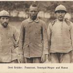 """""""Drei Brüder: Franzose, Senegal-Neger und Russe"""". Feldpostkarte, gesendet als Soldatenbrief (Straßenbau-Komp. 22) im Juni 1917. Sammlung Detlev Brum."""