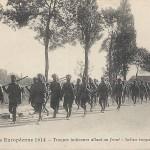 """""""Le Guerre Européenne 1914 – Troupes indiennes allant au front"""" (Indische Truppen auf dem Weg zur Front). Carte Postale, ungelaufen. Sammlung Detlev Brum."""
