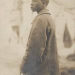 """Ansichtskarte ohne Verlagsangaben, schwarzafrikanischer Soldat, vermutlich ein Kriegsgefangener. Gelaufen als Feldpost 24.10.1917. Text Rückseite: """"Wie gefällt dir diese Karte?"""". Sammlung Detlev Brum."""