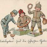 """""""Liebesgaben sind die schönsten Gaben"""". Ansichtskarte, gelaufen im März 1916 von Vater (Oberleutnant in Chemnitz) an seinen Sohn in Frankfurt am Main. Sammlung Detlev Brum. """"Liebesgaben"""" wurden in Dortmund nicht nur für die deutschen Soldaten an der West- und Ostfront gesammelt, sondern auch für die """"osmanischen Waffenbrüder"""". Unter Leitung von Oberbürgermeister Ernst Eichhoff wurde Anfang 1915 der Dortmunder Ortsausschuss des """"Roten Halbmondes"""" gegründet, """"um die Strapazen zu lindern, die die übermenschlichen Härten eines Winterfeldzuges im Kaukasus und die unsagbaren Entbehrungen aller Art in weitem Wüstengelände mit sich bringen"""". Die Ansichtskarte verniedlicht den Dreibund; das Osmanische Reich wird stets durch das kleinste und Fez-tragende Kind symbolisiert."""